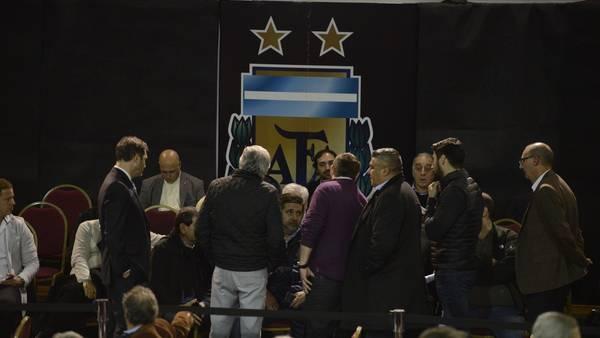 Moyano-Angelici-AFA-Superliga-Andres_CLAIMA20160711_0277_28